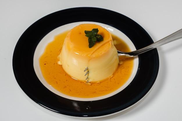 Heerlijk typisch dessert uit zuid-amerika genaamd flan, gemaakt met eieren, melk, vanille en op smaak gebracht met karamel. etnisch voedsel en warm voedselconcept.
