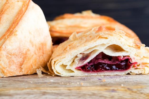 Heerlijk vers broodje met rode kersenbessen, producten voor een snelle snack
