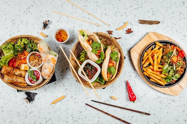 Heerlijk vietnamees eten inclusief pho ga, noedels, loempia's op witte tafel