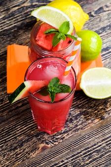 Heerlijk watermeloensap van rode watermeloenen zelfgemaakt sap gemaakt van biologisch geteelde watermeloenen op het platteland natuurlijke sappen van watermeloenbessen
