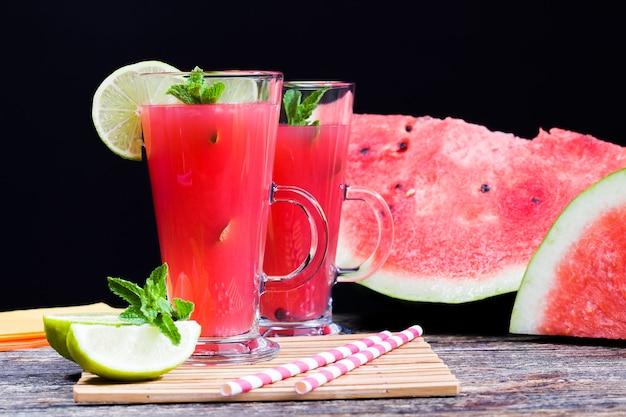 Heerlijk watermeloensap van rode watermeloenen, zelfgemaakte sap gemaakt van biologisch geteelde watermeloenen op het platteland, natuurlijke sappen van watermeloenbessen