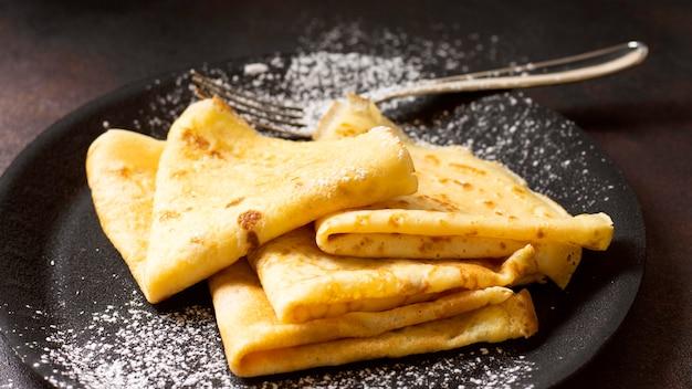 Heerlijk winter crêpe dessert in plaat hoge mening