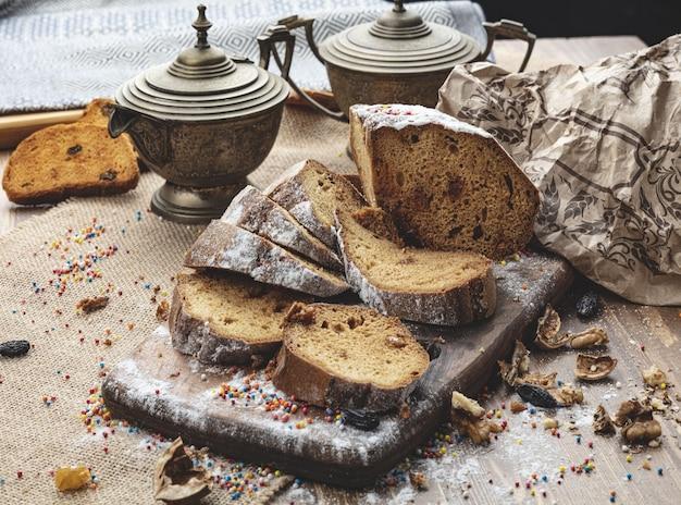 Heerlijk zoet broodje op houten achtergrond
