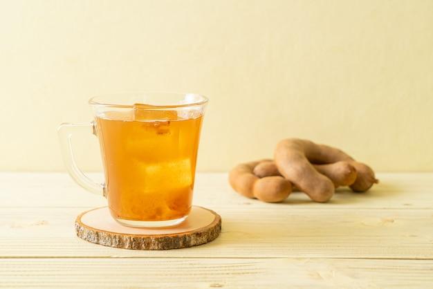Heerlijk zoet drankje tamarindesap en ijsblokje - gezonde drankstijl