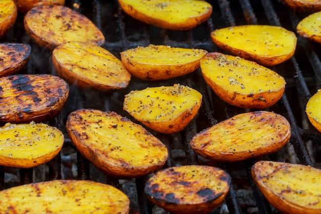 Heerlijke aardappelen grillen op de barbecue. detailopname. culinair concept.