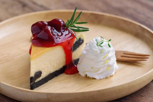 Heerlijke aardbeien new york cheesecake en slagroom zelfgemaakte bakkerij voor café of verjaardagstaart