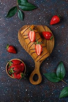 Heerlijke aardbeientaart roll met verse aardbeien, bovenaanzicht