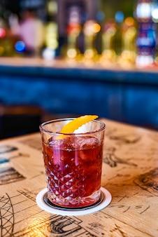 Heerlijke alcoholische cocktail in een mooi glas in een restaurant