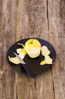 Heerlijke appel op een bord boven een houten tafel