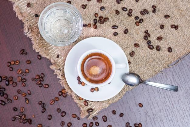 Heerlijke, aromatische en verfrissende espresso met koffiebonen en water