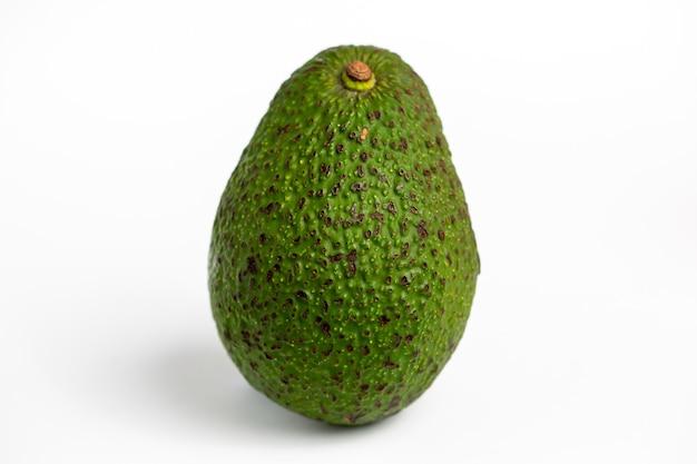 Heerlijke avocado geïsoleerd op een witte achtergrond