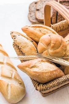 Heerlijke bakkerijproducten in de mand