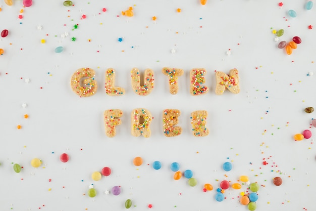 Heerlijke besprenkelde zelfgemaakte koekjes die glutenvrije woorden maken