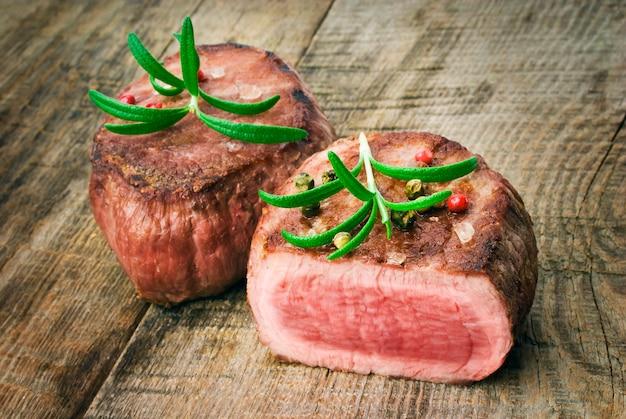 Heerlijke biefstuk op houten tafel