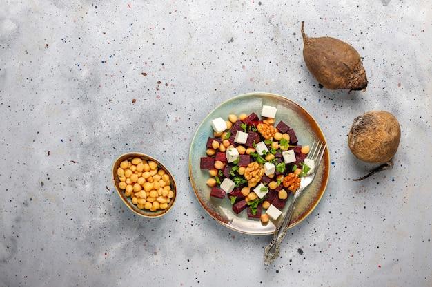 Heerlijke bietensalade met fetakaas of geitenkaas en kikkererwten, bovenaanzicht
