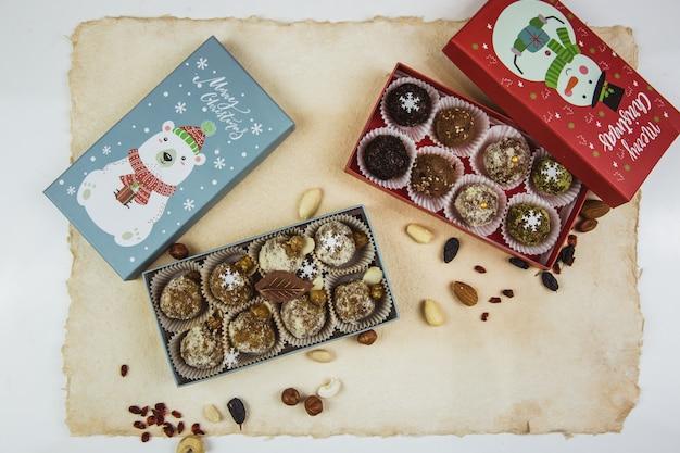 Heerlijke biologische zelfgemaakte geportioneerde rauw snoep gestapeld in geschenkdozen