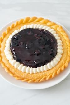 Heerlijke blueberry cheese pie op witte plaat