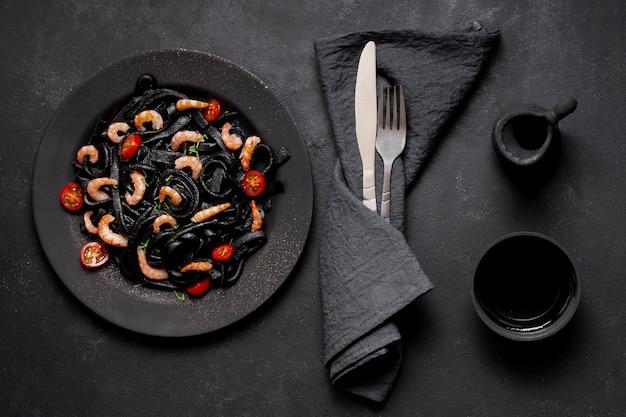 Heerlijke bovenaanzicht zwarte garnalen pasta met sojasaus
