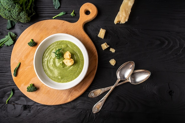 Heerlijke broccolisoep. vegetarisch gerecht