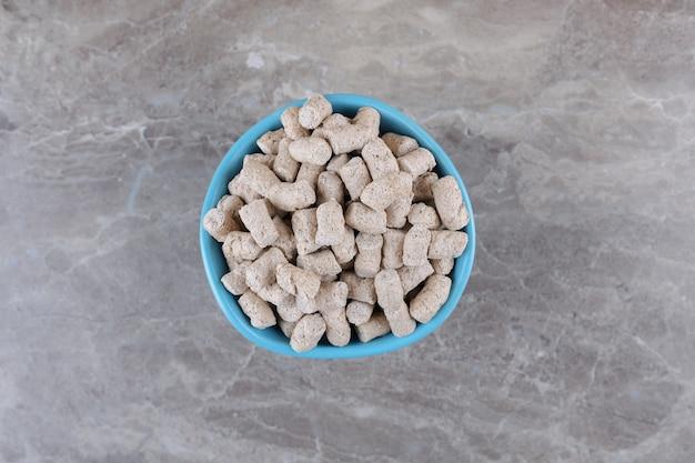 Heerlijke broodkruimels in de kom, op het marmeren oppervlak