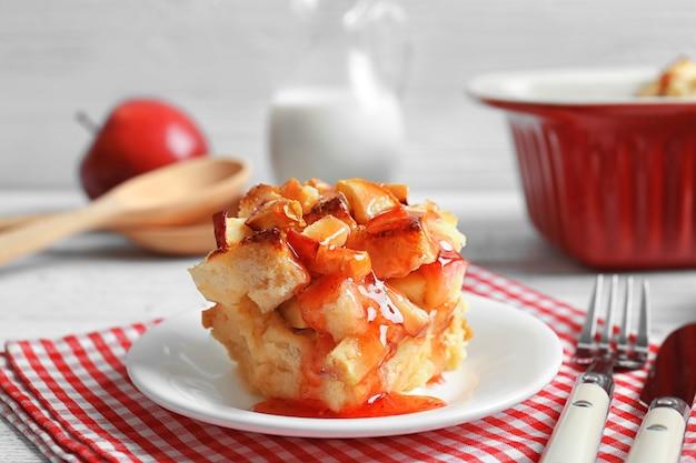 Heerlijke broodpudding met jam op bord
