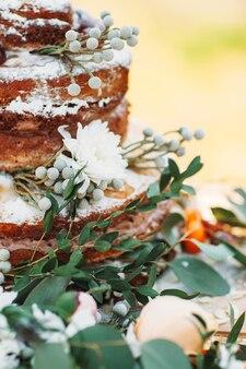 Heerlijke bruidstaart in rustieke stijl versierde bloemen