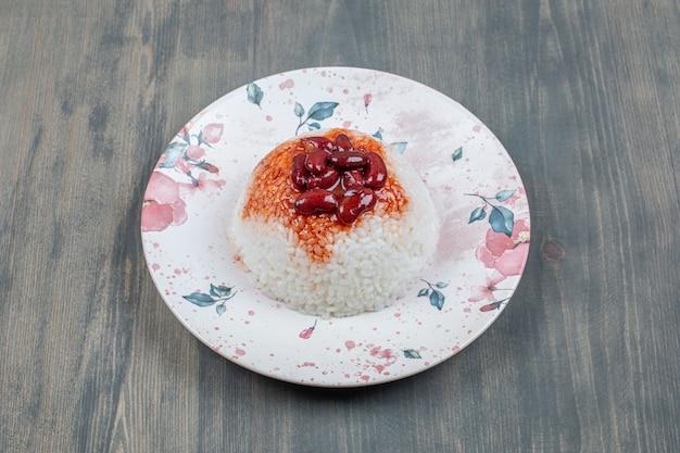 Heerlijke bruine bonen met rijst op een houten tafel