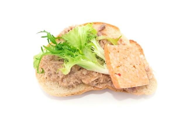 Heerlijke bruschetta met kruiden en kaas op wit wordt geïsoleerd