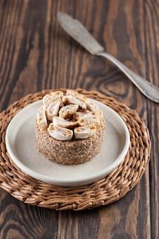 Heerlijke cake in een bord op een donkere houten tafel