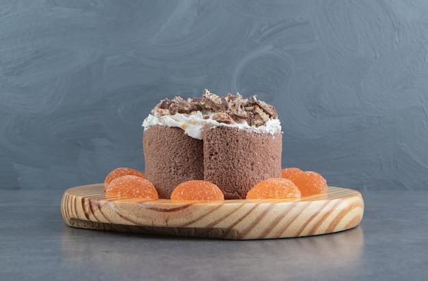 Heerlijke cake met oranje geleisuikergoed