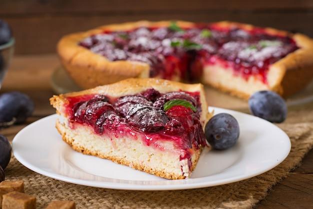 Heerlijke cake met verse pruimen en frambozen