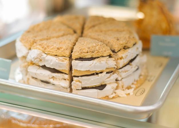 Heerlijke cake op dienblad hoge hoek