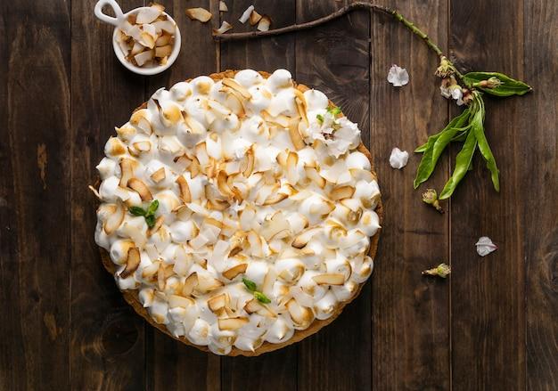 Heerlijke cake op houten tafelblad bekijken