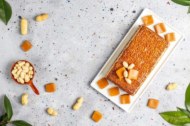 Heerlijke cake van karamel en pinda met pinda's en karamelsuikergoed