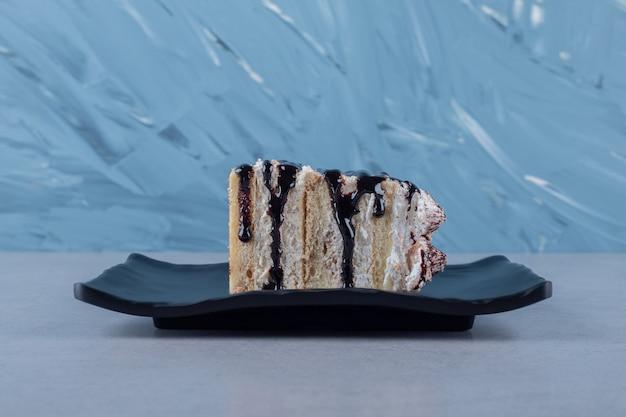 Heerlijke cakeplak met chocoladesaus