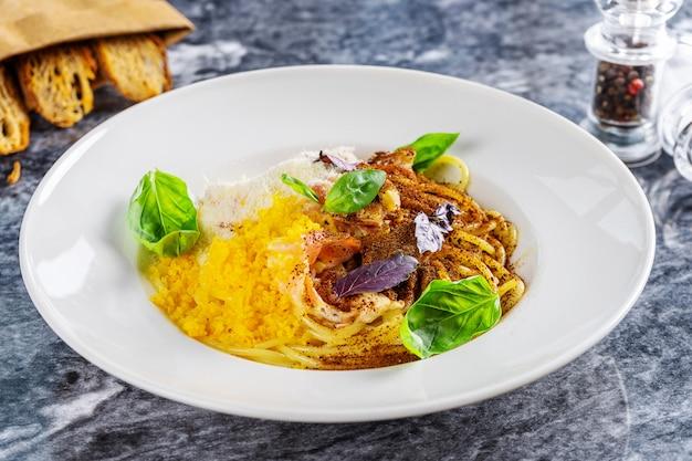 Heerlijke carbonara pasta met gezouten dooier, kruiden en basilicum