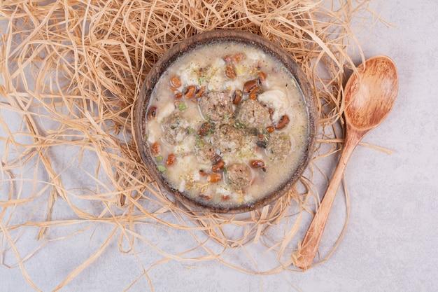 Heerlijke champignonsoep in houten kom met lepel