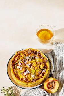 Heerlijke chiffoncake met custardroom en nectarines met kruidenthee en tijm