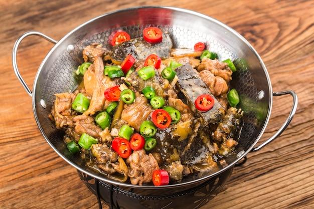 Heerlijke chinese keuken, zacht gepelde schildpad gestoofd met kippenpot