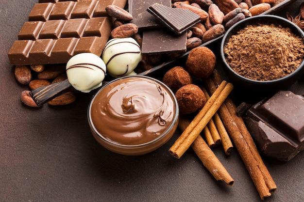 Heerlijke chocolade die dicht omhoog wordt uitgespreid