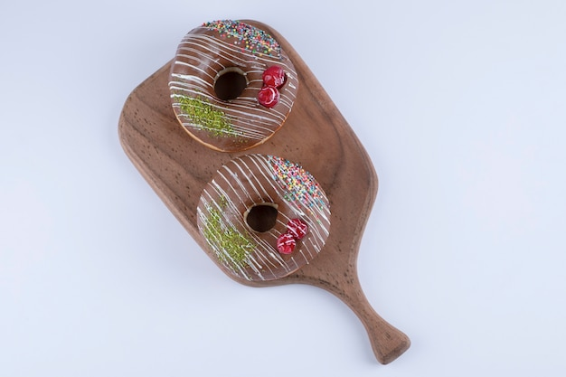 Heerlijke chocolade hagelslag donuts op houten snijplank.
