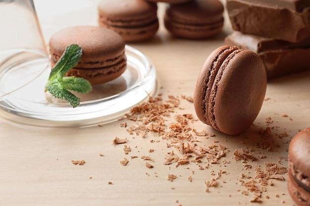 Heerlijke chocolade macarons op tafel
