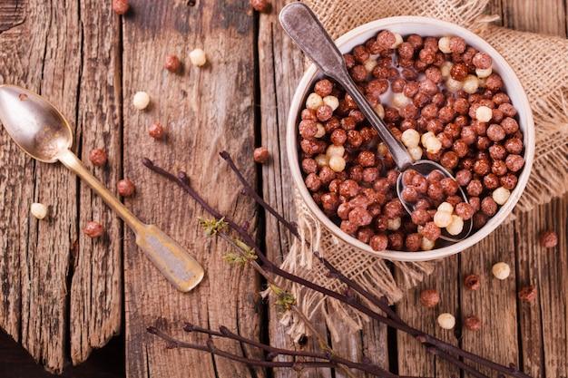 Heerlijke chocolade maïsballen in melk.
