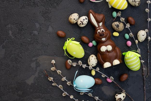 Heerlijke chocolade paashaas en eieren. gelukkig pasen.