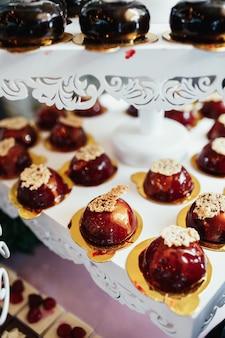 Heerlijke chocoladekoekjes geserveerd op de bord