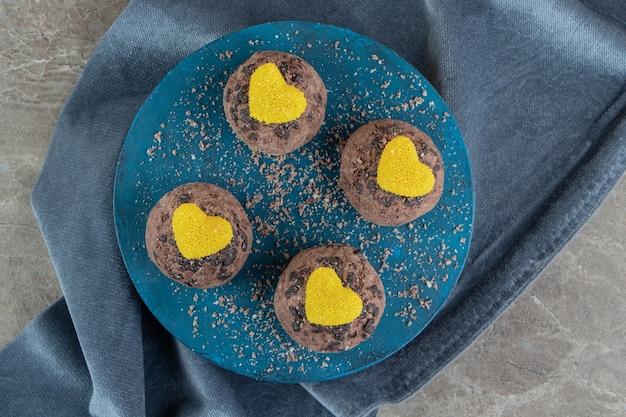 Heerlijke chocoladekoekjes met marmelade op blauw bord