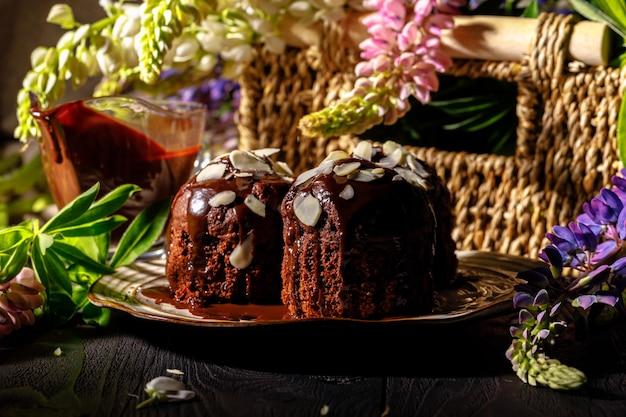 Heerlijke chocolademuffins op donkere oppervlakte, selectieve nadruk