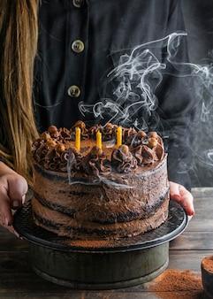 Heerlijke chocoladetaart met kaarsen