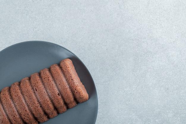 Heerlijke chocoladetaart op een donkere plaat.