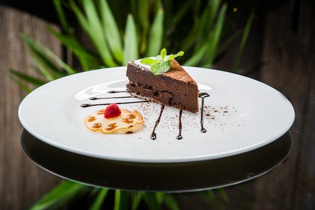 Heerlijke chocoladetaart op plaat op tafel